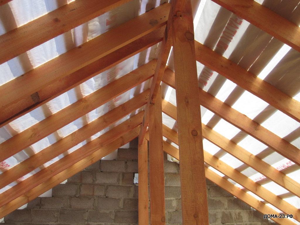 Сборка крыши из материала для кровли, пропитан антисептиком огнебиозащитным